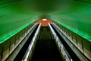 Escadas rolantes que levam ao portão do museu