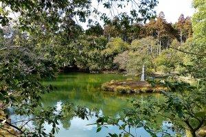 Le jardin supérieur est agencé autour d'un petit étang