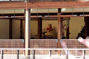 Une statue de Yoshimitsu est exposée au rez-de-chaussée du pavillon