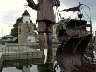 Une grande statue de Gulliver remorquant un navire de Lilliputiens devant la station Omi-Takashima