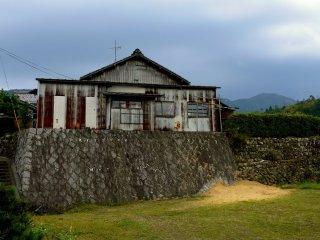 Un bardage rouillé en tôle ondulée sur une maison de campagne. Cela me rappelle la Nouvelle-Zélande !