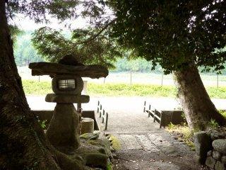 Des lanternes de pierre longent un petit sanctuaire
