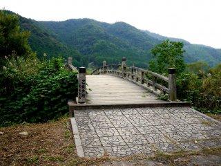 Un pont enjambant un lac près de la station