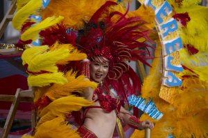 Danseuse sur un char durant le festival de Samba d'Asakusa en 2013