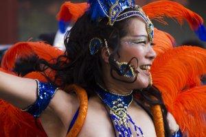 Danseuse souriante pendant la parade