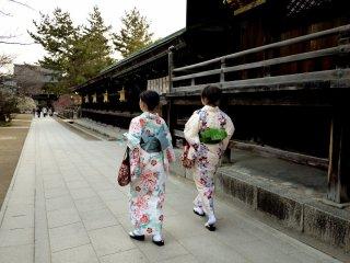 왼쪽 여성분의 기모노에 있던 매화꽃무늬