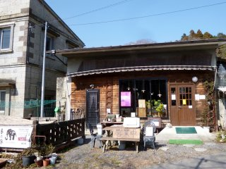 The restaurant is housed in a lovely building made of Ohya-ishi, the famous stone mined in this town