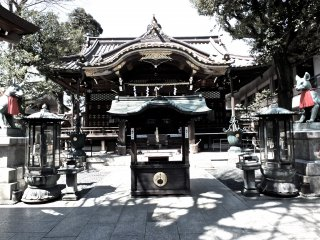 Approach to the temple, flanked by two guardian fox statues