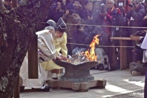 Shinto priests perform a ceremony and finally kindle a fire onto the brushes. In this way, they seek to express their gratitude to the brushes, and at the same time they ask that their writing, picture drawing, calligraphy, and other artistic endeavors be