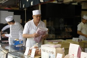 ขนมบรรจุใส่กล่องและห่ออย่างสวยงามตามสไตล์ญี่ปุ่น