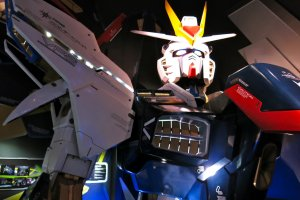 Photo opportunity at the bust of the Strike Freedom Gundam