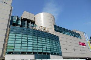 青空の下晴れやかに聳え建つJR徳島駅