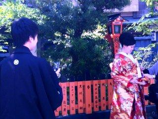 Đám cưới trên đường Shirakawa thuộc Gion là một trải nghiệm bí ẩn
