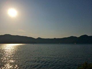 Наслаждаюсь закатом на озере Мотосу в конце мая: чистое небо и температура около 18°C