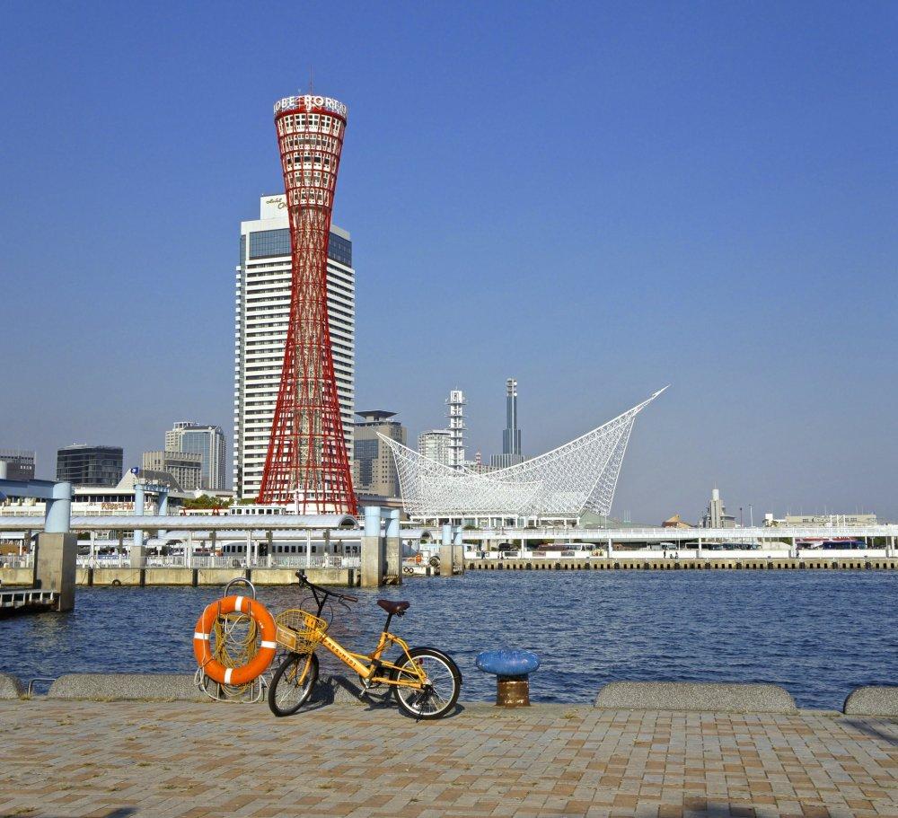 このタワーには思い出がぎっしり詰まっている。神戸に住んでいた頃、週末の早朝よく自転車でこのタワーまで出掛けたのだ。この写真はショッピングモール、モザイクから写したものだ。モザイクには美しい景色を眺めながら温かいコーヒーを楽しめる店がたくさんある