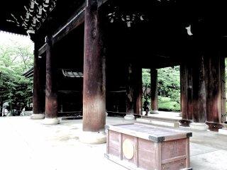 L'impressionnante porte principale du temple Chion-in