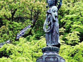 Une statue au milieu de l'étang