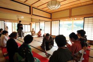 A Cha-seki (indoor tea ceremony) being performed inside the house ofKorekiyo Takahashi