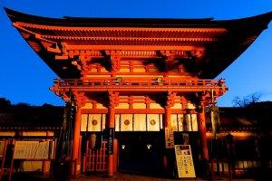 冬の朝の楼門
