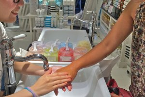 This girl is loving the sample treatment of the luxurious body scrub at Laline, Harajuku.
