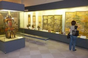 Displays of weapons, armour, scrolls and screens fill the museum.