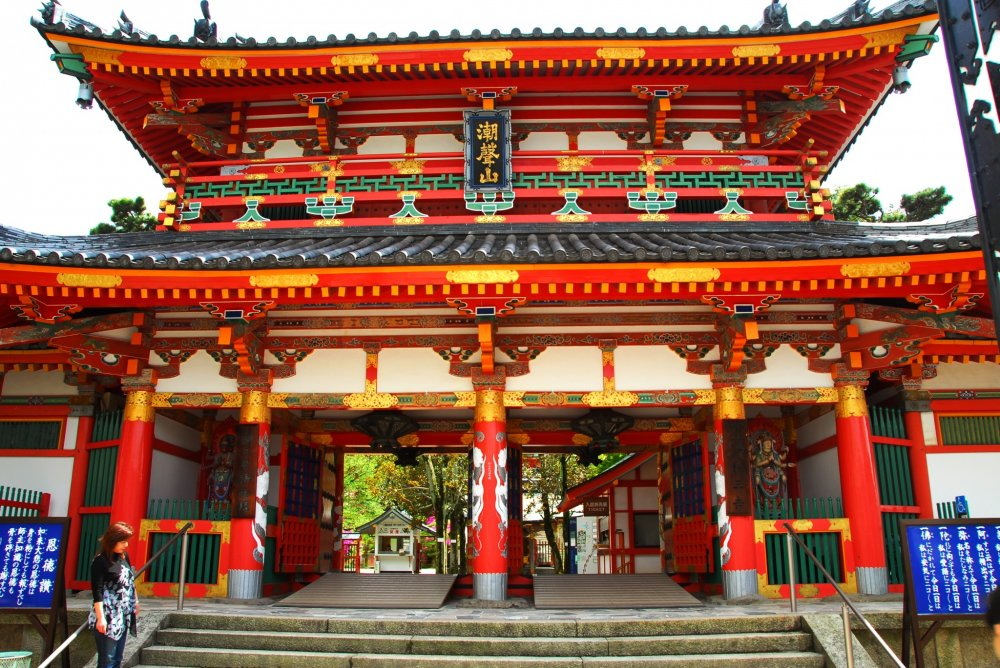 Although the Sanmon (outer gate) of this temple is fashioned after the gate of Shishinden Hall at Kyoto Imperial Palace, most of it is made of steel and coated with red paint.