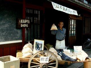 Cet homme présente un sac de riz soufflé. J'en ai acheté et c'était délicieux