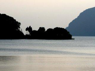 Une petite péninsule apparait en une silhouette noire