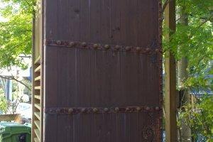 L'entrée est protégée par de grandes portes épaisses.