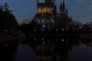 Poudlard la nuit avec le lac de Poudlard, une caractéristique unique du parc d'attraction japonais