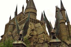 L'entrée de Poudlard et l'entrée du manège Harry Potter and the Forbidden Journey