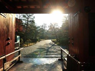 表門にて朝8時30分の開門を待つ