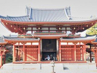 鳳凰堂、本堂には軍配型の切り抜き窓があり、外から阿弥陀如来座像を拝する事が出来る
