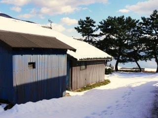 Des empreintes de pas dans la neige menant au lac