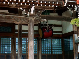 Un petit taiko pendu sous la corniche