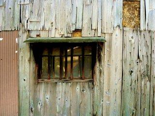 Une fenêtre pittoresque et un revêtement en bois usé