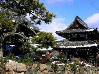De jolies pierres bordent ce petit temple