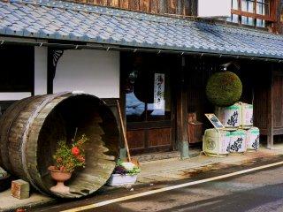 Une boutique de saké avec une boule verte pendue devant la porte