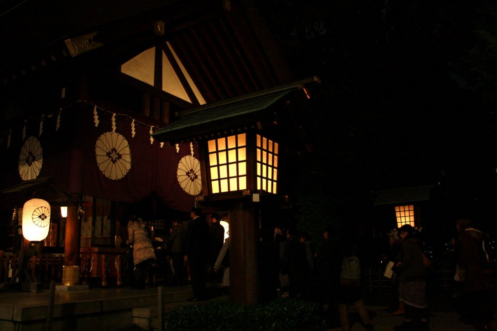 The ideal day in Kagurazaka would go something like this: First of all, you must visit Tokyo Daijingu Shrine and ask the local deities for their cooperation in your love life matters.