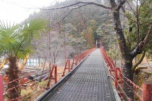 Pont rouge à proximité du chemin Kohechi