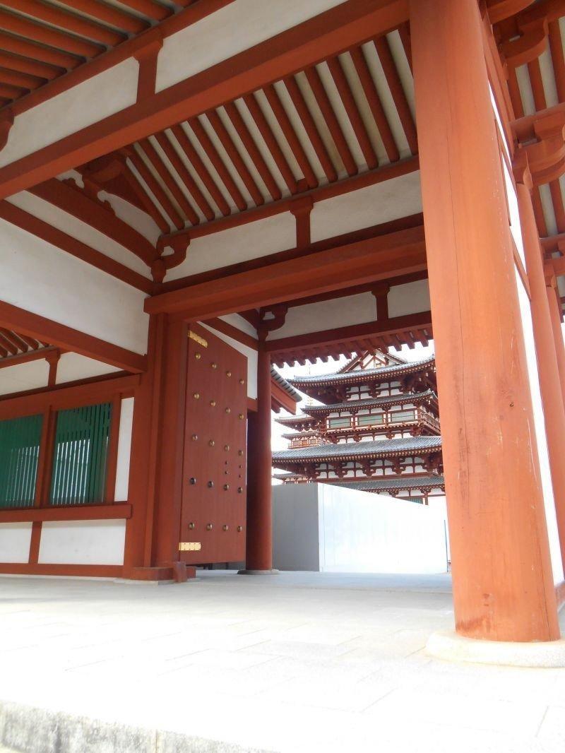 En 718, après que Nara devienne la capitale du pays, le temple fut déplacé d'Asuka pour son emplacement actuel