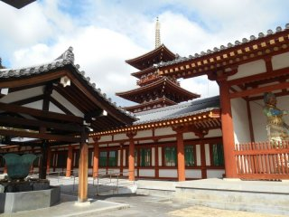 Vue sur la pagode de l'ouest. La pagode originale fut détruite dans un incendie en 1528 puis reconstruite en 1980