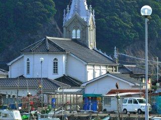 長閑な漁村の中から忽然と現れる教会、崎津天主堂