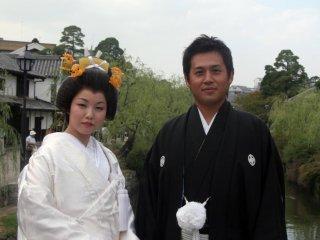 A couple enjoying their wedding day in the Bikan district of Kurashiki