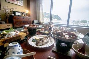 Je ne sais pas ce que j'apprécie le plus : l'incroyable vue ou la délicieuse nourriture. Dans tous les cas, il n'y a qu'un pas entre ici et l'endroit où ont été pêchés les poissons présents sur la table.