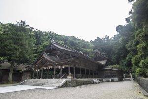 Le sanctuairede Mihonoseki est littéralement juste à côté de Fukuma-kan, et le tori en marquant l'entrée est à quelques mètres à peine de la porte du ryokan.
