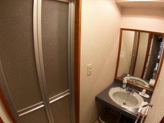 Mỗi căn phòng đều có bồn rửa mặt, khu vực tắm với bồn tắm