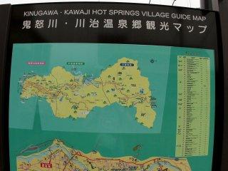 Phía bên kia của cây cầu, sẽ có một bản đồ khác chỉ dẫn tới ngôi làng suối nước nóng và nhiều khu vực khác bạn có thể ghé thăm.