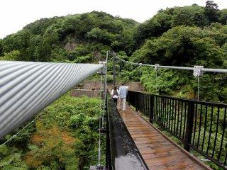 Cây cầu treo chắc chắn với sợi thép gắn liền ở cả hai mặt. Tuy nhiên, nó sẽ rung nhẹ khi mọi người đi bộ phía trên