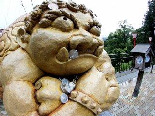 Bức tượng này đang đợi chờ bạn phía bên kia cầu và mọi người cầu nguyện, đặt những đồng xu lên đó cũng như rung chuông ngay sau